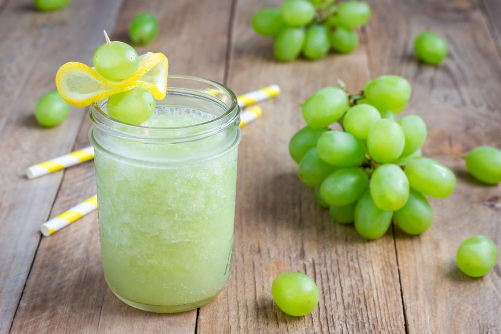 zumo de limón y uvas